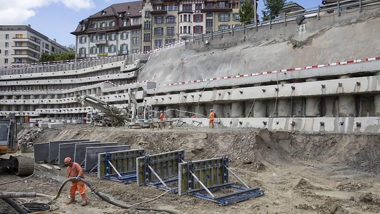 Die Grossbaustelle beim Bahnhof Bern wird noch mindestens fünf Jahre weiter bestehen. Das führt zu Einschränkungen für Reisende. (Archivbild)