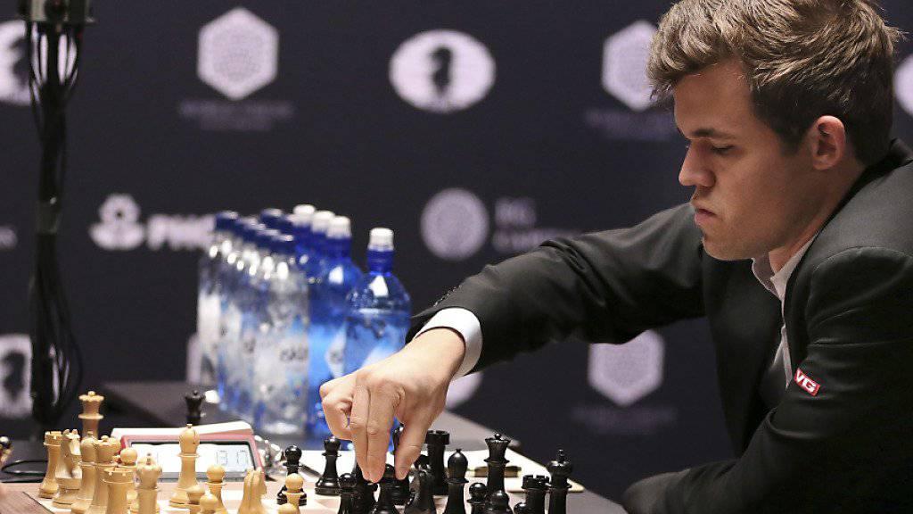 Magnus Carlsen (rechts) macht auch mit den schwarzen Figuren Druck.