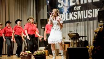Zusammen mit den Saloon-Line-Dancers begeisterte Michelle Ryser das Publikum.