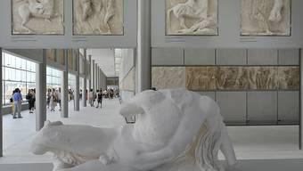 Die Parthenon Galerie im neuen Akropolis Museum wurde vom Schweizer Architekten Bernard Tschumi entworfen. Aber Teile des berühmten Frieses sind Nachbildungen aus Gips, weil die Originale seit 200 Jahren in London sind. (Archivbild)