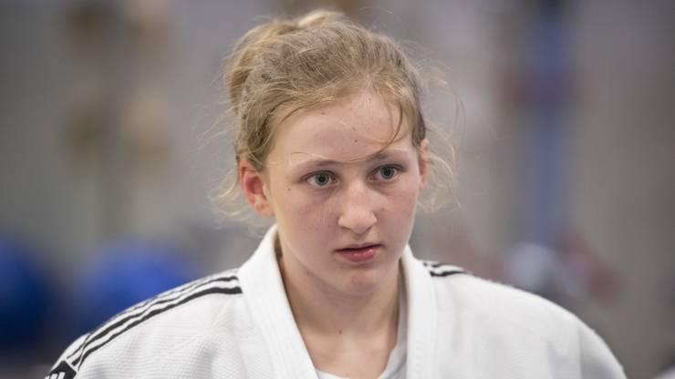 Die 14-Jährige ist im Training konzentriert bei der Sache.
