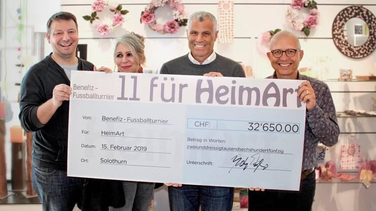 v.l.n.r: Patrick Marti - Präsident HeimArt; Katharina Allemann - Geschäftsführerin Laden; Andy Egli - ehem. Nationalspieler; Stephan Oberli - Vizepräsident HeimArt