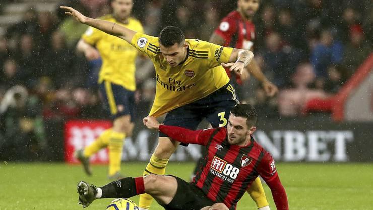 Arsenals Granit Xhaka im Zweikampf mit Lewis Cook von Bournemouth