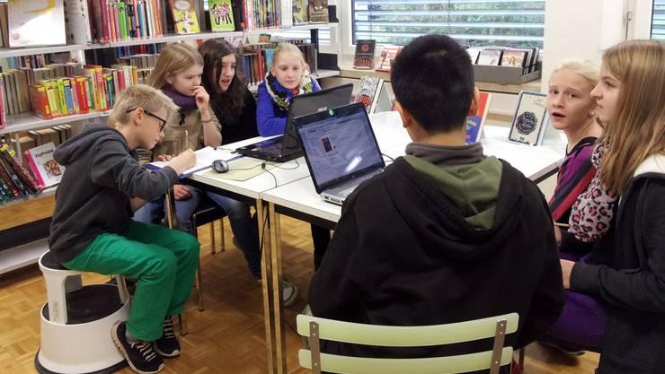 Recherche und Internetsicherheit ist ein Thema der Oberstufenklassenschulung in der Gemeindebibliothek Möhlin.