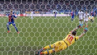 Kevin Fickentscher ist in der richtigen Ecke, doch Luca Zuffis Penalty ist zu platziert.