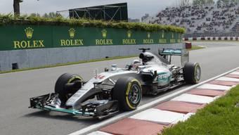 Lewis Hamilton demonstriert im Mercedes-Silberpfeil die Überlegenheit gegenüber der Konkurrenz