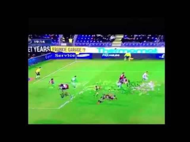 Lukas Podolski dribbelt in die falsche Richtung.