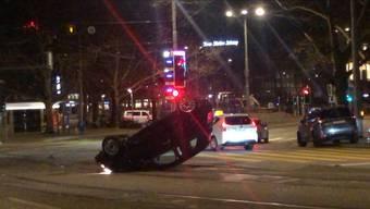In der Nacht auf Sonntag fuhr ein Auto an der Quaibrücke auf zwei an der Ampel wartende Autos auf. Das fahrende Auto flog mehrere Meter durch die Luft und kam auf dem Dach zum Stillstand.