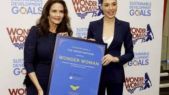 """Lynda Carter (links) hat in den 70er Jahren """"Wonder Woman"""" gespielt, Gal Gadot (rechts) wird die Heldin in einem Film 2017 verkörpern."""