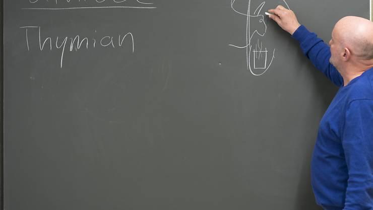 Die Überalterung in den Schweizer Schulstuben scheint gestoppt. Der Anteil der älteren Lehrer und die Zahl der Pensionierungen geht gemäss den Szenarien des Bundes zurück. (Themenbild)