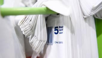 Seit der Detailhandel die Einweg-Plastiksäcklein nicht mehr gratis abgibt, ist deren Verwendung eingebrochen. (Archivbild)