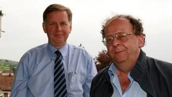 Die beiden Freunde Peter Studer (li.) und Beat Richner warben im Jahr 2006 in Reinach für ein Benefizkonzert von «Beatocello» im Wynental.