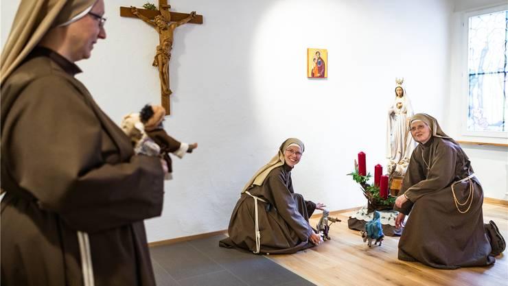 Schwester Johanna, Schwester Margareta und Frau Mutter Mirjam (v.l.) richten die Krippe in der Hauskapelle ein.