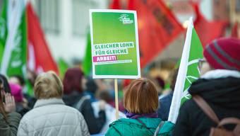 «Gleicher Lohn für gleiche Arbeit»: Am Tag der Frau demonstrierten in Aarau 450 Frauen und Männer für die Gleichstellung der Geschlechter.
