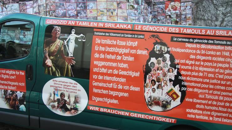 Auf diesem Kleinbus machten Tamilen auch in deutscher Sprache auf ihr Anliegen aufmerksam.
