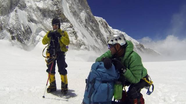 Nepalesische Sherpas ruhen sich am Everest aus (Archiv)