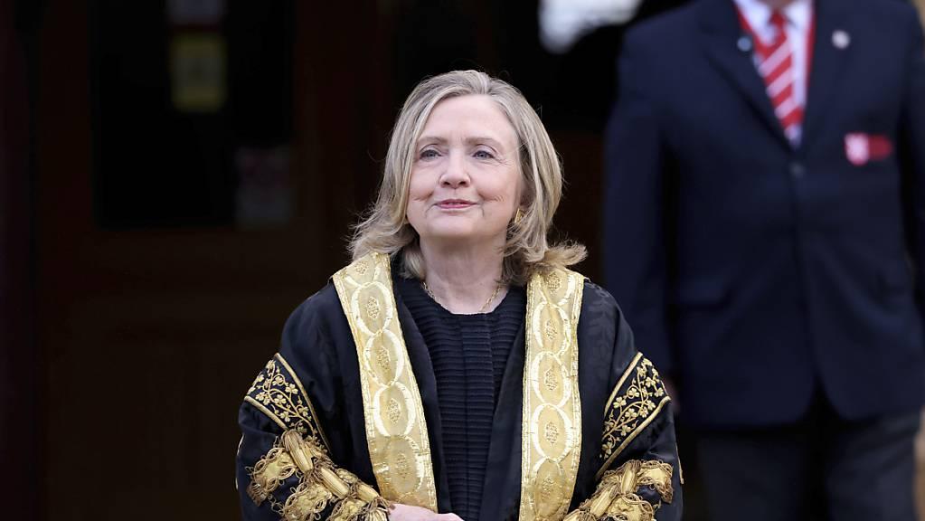 Hillary Clinton, ehemalige Außenministerin der USA, nach ihrer Amtseinführung als erste weibliche Kanzlerin der Queens Universität. Foto: Peter Morrison/AP/dpa