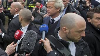 Wilders umringt von Bodyguards: Der Rechtspopulist sorgt sich um seine Sicherheit.
