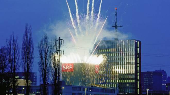 Fernsehgebäude in Zürich Oerlikon: Aus Anlass der 100. «Benissimo»-Sendung wurde auf dem Dach 2012 ein Feuerwerk gezündet. Foto: SRF/Oscar Alessio