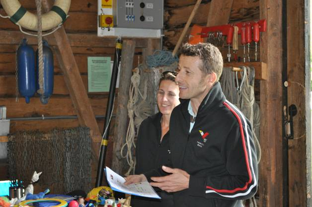 Priska und Marco bei der Rangverkündigung - am Gabentisch.