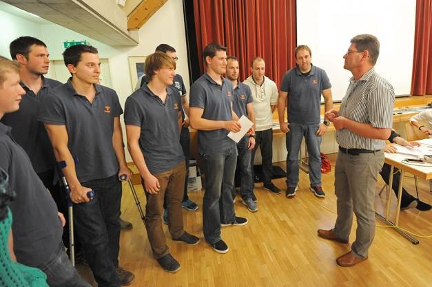 Präsident René Hüsser (rechts) gratulierte dem ersten Herrenteam zum Cup-Sieg und Aufstieg.