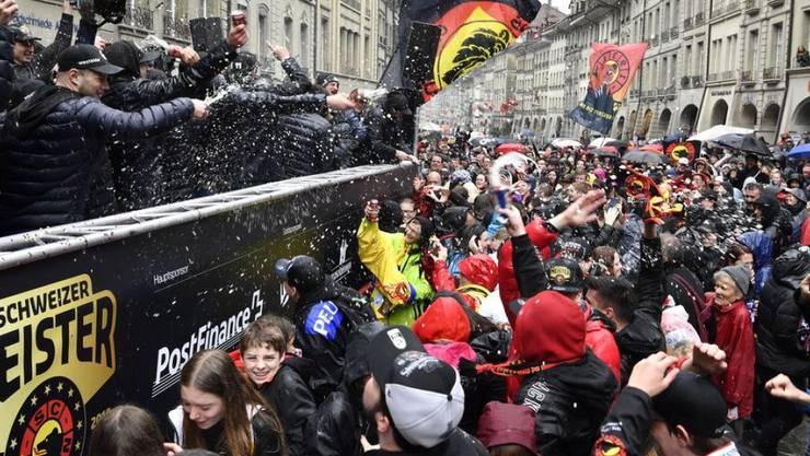 SCB-Spieler lassen sich in den Berner Altstadtgassen von den Fans feiern.