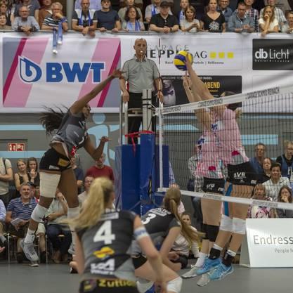 Kyra Holt (l.) schlägt den Ball direkt in die Hände des Blocks der Baselbieterinnen.