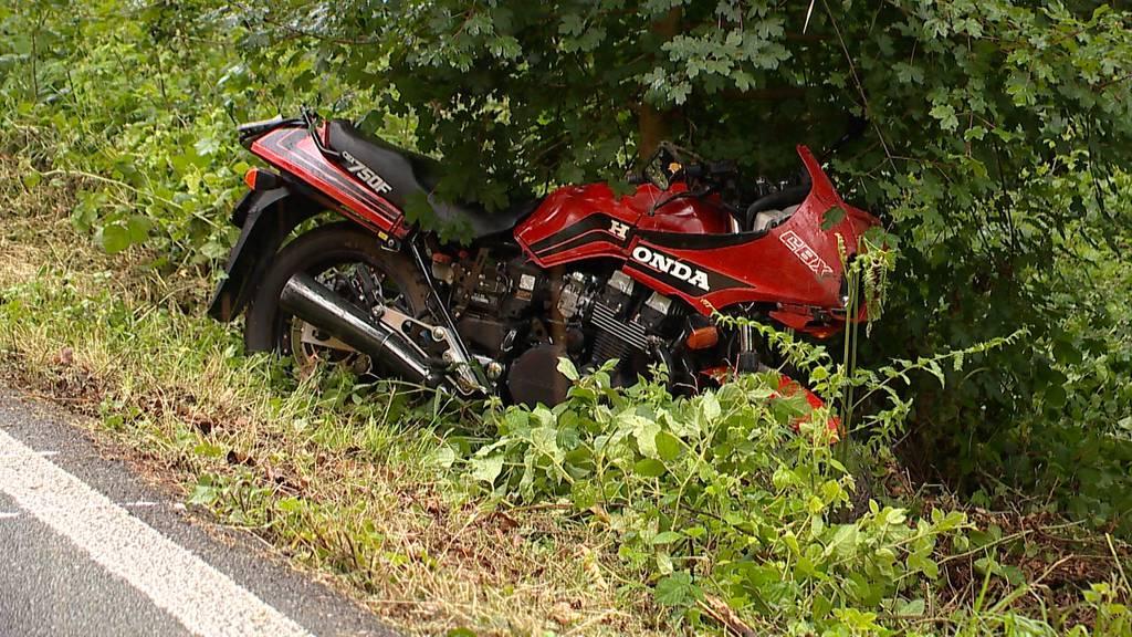 Kloten: Motorradfahrer verletzt sich bei Überholmanöver schwer