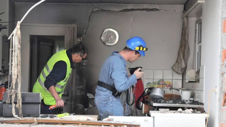 Brandermittler inspizieren den Gasherd, der die Explosion ausgelöst haben dürfte