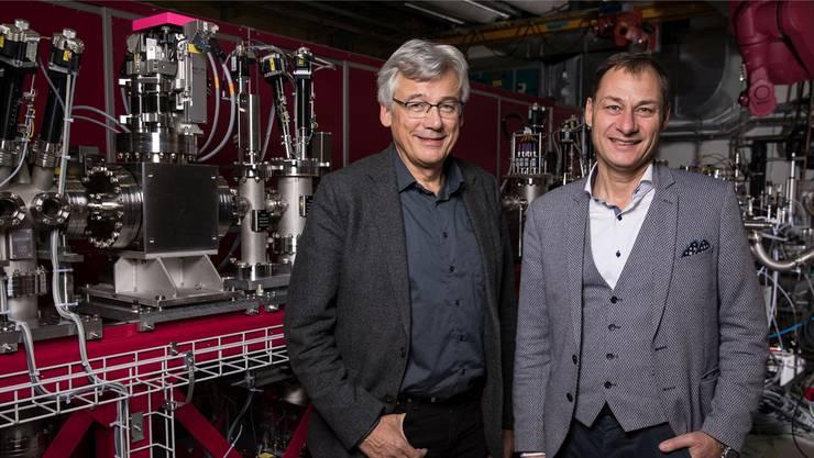 Die Swissfel-Projektleiter Hans Braun (links) und Luc Patthey vor der Station, an der das Experiment stattgefunden hat. PSI/Mahir Dzambegovic