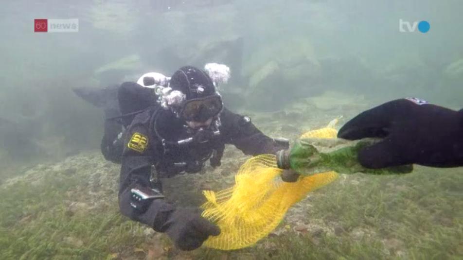 Tauscher entfernen den Abfall auf dem Grund des Bodensees vor Romanshorn