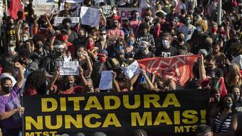 In Brasilien sind am Sonntag (Ortszeit) erneut zahlreiche Menschen gegen die Regierung von Jair Bolsonaro auf die Strasse gegangen und haben trotz der Ausbreitung des Coronavirus protestiert.