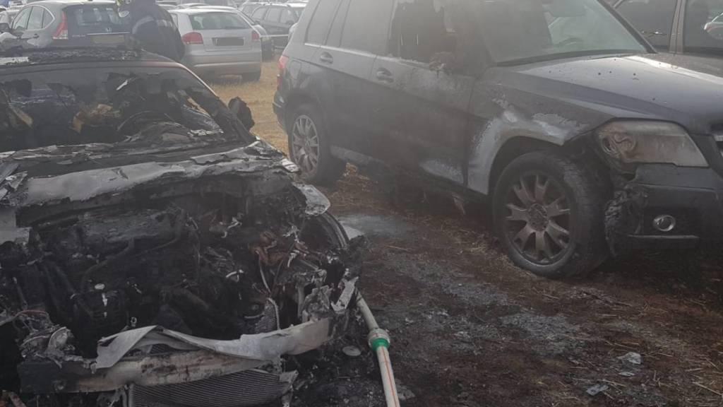 Trockenes Stroh und starker Wind: Auf einem Parkplatz beim Paléo Festival in Nyon sind mehrere Fahrzeuge ausgebrannt.