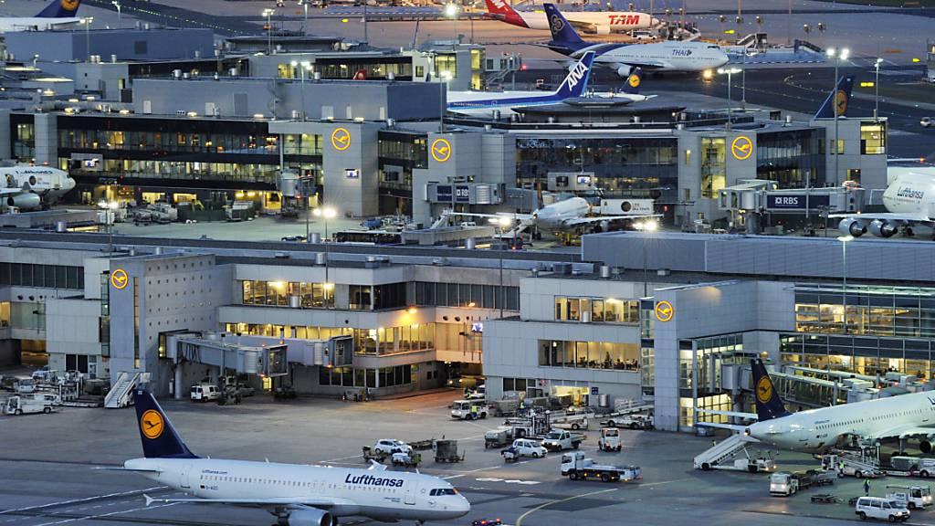 Im August reisen wieder deutlich mehr Passagiere über den Frankfurter Flughafen. Allerdings sind es im Vergleich zum Vorkrisenjahr noch immer weniger Menschen, die vom grössten Flughafen Deutschlands abfliegen oder dort ankommen. (Archivbild)