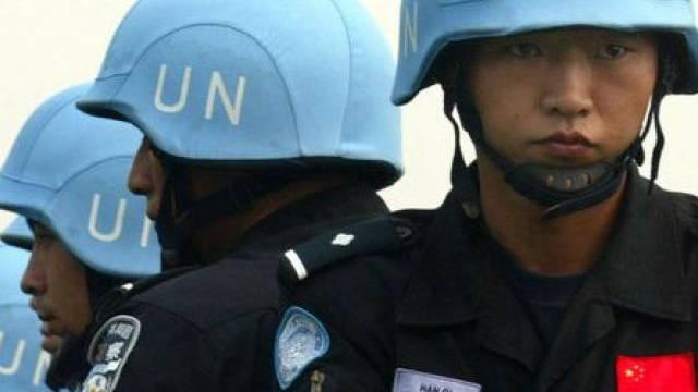 Chinesische Sicherheitskräfte exerzieren mit UNO-Helmen (Archiv)
