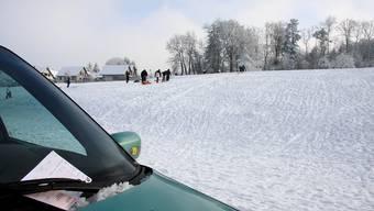 Strafe: Parken neben dem Gempner Schlittelhang kann teuer werden.  (Bild: Edmondo Savoldelli)