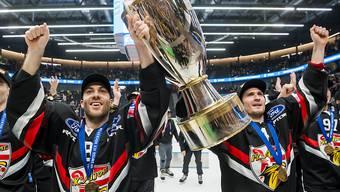 Jonathan Hazen (rechts) und Philip-Michael Devos jubeln auch in der nächsten Saison für Cupsieger Ajoie