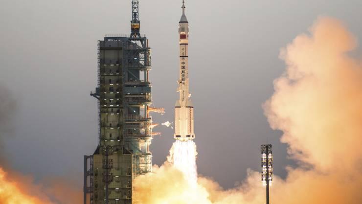 """China hat am Freitag wieder eine """"Langer Marsch 2F""""-Rakete ins All gebracht. Sie ist wie das Space Shuttle wiederverwendbar. (Archivbild)"""