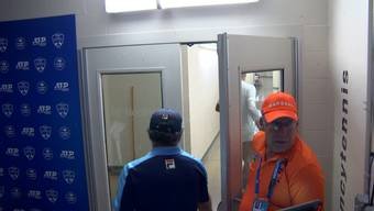 Trotz Verbot des Schiedsrichters machte sich Kyrgios mit zwei Rackets auf den Weg zur Toilette, nur um diese dort zu zertrümmern und wieder auf den Platz zurückzukehren.
