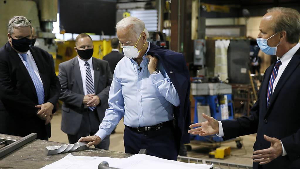 Der designierte demokratische Präsidentschaftskandidat Joe Biden besucht eine Fabrik in Pennsylvania. Er stelle einen Investitionsplan mit einem Volumen von 700  Milliarden Dollar für die US-Mittelschicht vor. (Foto: Matt Slocum/AP/KEYSTONE-SDA)