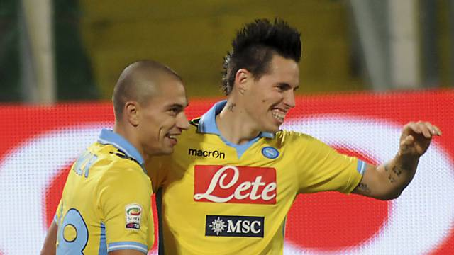 Gökhan Inler (links) freut sich mit Napolis 1:0-Schütze Hamsik.