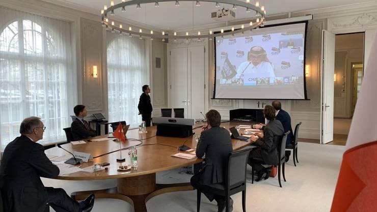 Blick ins Sitzungszimmer mit der Videoschaltung zu den G-20 Handelsministern. Links am unteren Tischende Wirtschaftsminister Guy Parmelin.