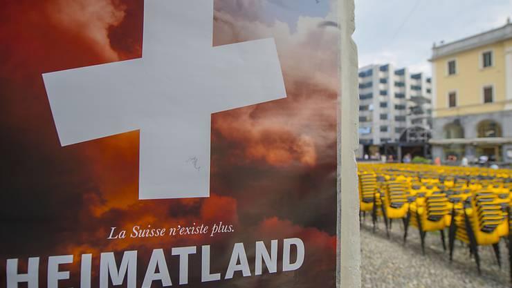 """Filmplakat für """"Heimatland"""" auf der Piazza Grande von Locarno während des Filmfestivals in diesem Sommer."""