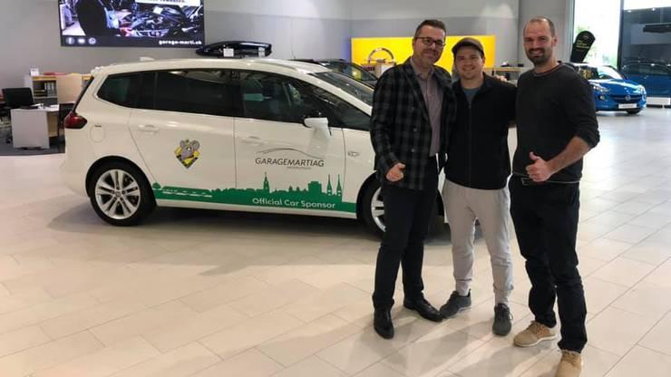 Dion Knelsen nimmt sein Auto in Empfang.