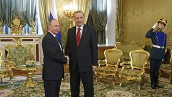 Wladimir Putin (l) und Recep Tayyip Erdogan beim Shakehands für die Fotografen am Freitag im Kreml.