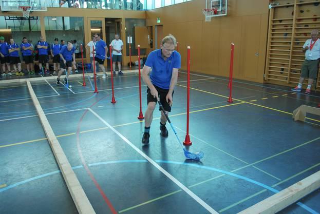 volle Konzentration und Einsatz beim Unihockey Parcour
