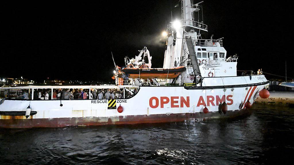 """Das spanische Rettungsschiff """"Open Arms"""" mit 83 Migranten an Bord bei der Ankunft im Hafen auf der süditalienischen Insel Lampedusa."""