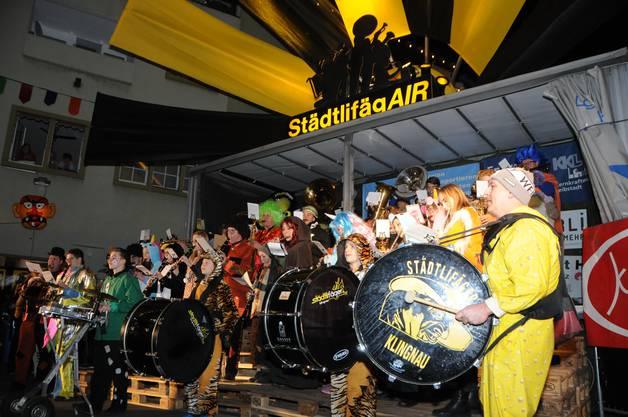 Verstärkt wird die Jugendband von einigen Städtlifägern und Stadtmusikanten.