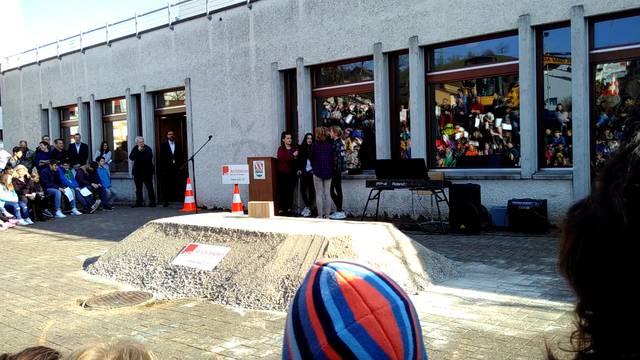 «Ein neues Schulhaus für neun Millionen! Und wir haben mal wieder nichts davon»: Schülersketch zum Spatenstich.