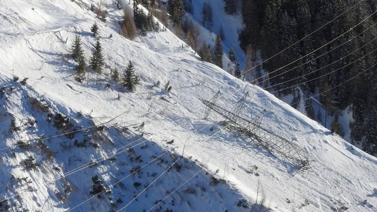 Schnee ist stärker als Stahl: Ein Lawine brachte im Engadin einen Hochspannungsmast zu Fall.